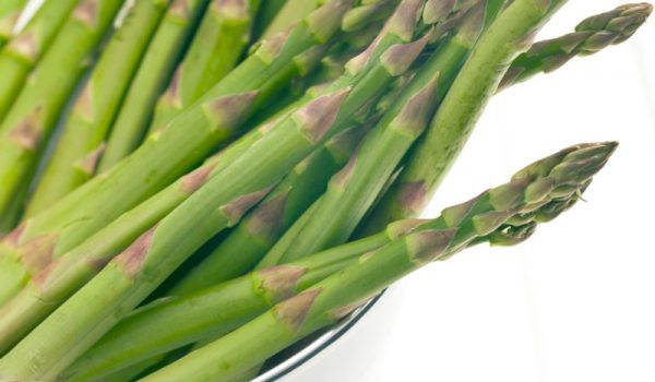 green-asparagus-in-colander-PFEC284